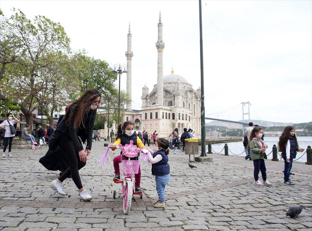 İstanbul'da yeni tip koronavirüs (Kovid-19) nedeniyle sokağa çıkmaları kısıtlanan 14 yaş altı çocuklar, 11.00-15.00 saatlerinde getirilen serbestlik ile uzun bir aradan sonra dışarı çıktı. Ortaköy'e aileleriyle gelen çocuklar oyun oynadı.