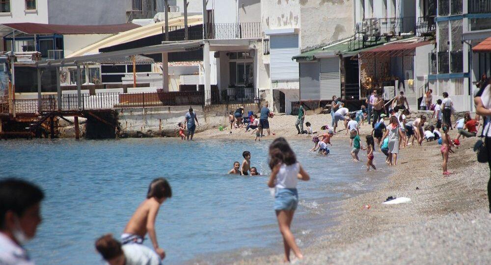 Muğla'nın Bodrum ilçesinde sokağa çıkma kısıtlamasına 4 saat ara veren çocuklar, denize girip sahil kenarlarında eğlendi.