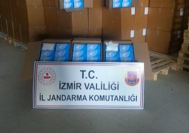 İzmir'in Buca ilçesinde, jandarma ekiplerince izinsiz maske üretimi yapılan bir depoya düzenlenen operasyonda 4 milyon 470 bin adet cerrahi maske ele geçirilirken, 1 kişi gözaltına alındı.