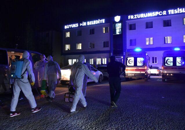 TFF 1. Lig ekiplerinden Büyükşehir Belediye Erzurumspor'da 4'ü futbolcu 11 kişinin yeni tip koronavirüs testinin pozitif çıktığı açıklandı. Kulüp tesislerinden pozitif çıkanlar ambulansla hastaneye kaldırıldı. Kulüp binasında Büyükşehir Belediyesi ekipleri dezenfekte çalışması başlattı.