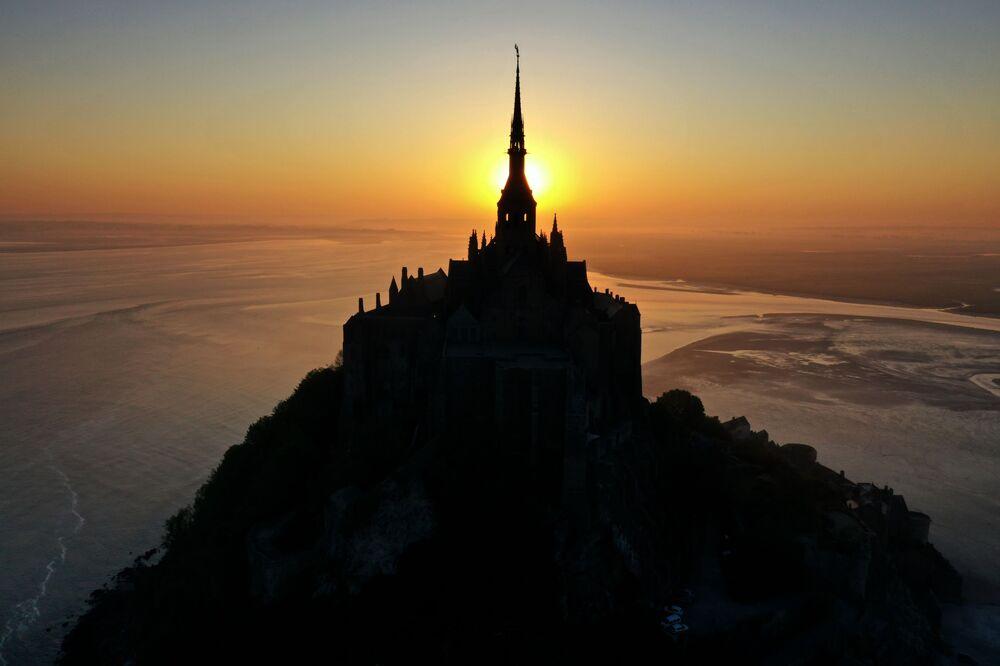 Fransa'daki Le Mont Saint Michel Manastırı'nın gün doğumu sırasında havadan görüntülenen manzarası