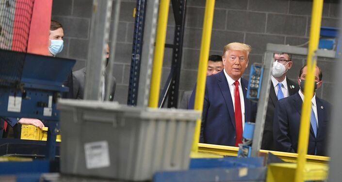 ABD Başkanı Donald Trump, Pennsylvania'daki maske dağıtım merkezinde geziyor.