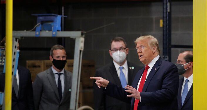 Trump hariç herkesin maske takması dikkat çekti.