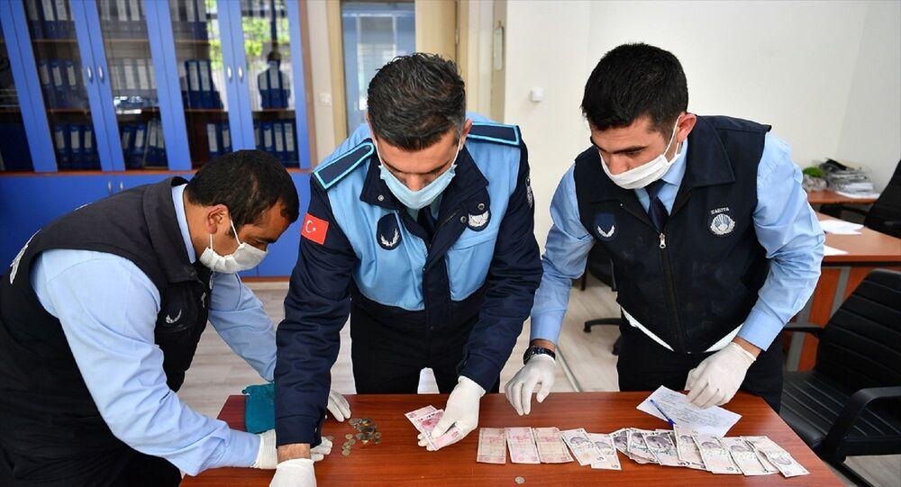 Kayseri'de zabıta ekiplerinin yakaladığı dilencinin üzerinde 100 euro ve 415 lira bulundu.