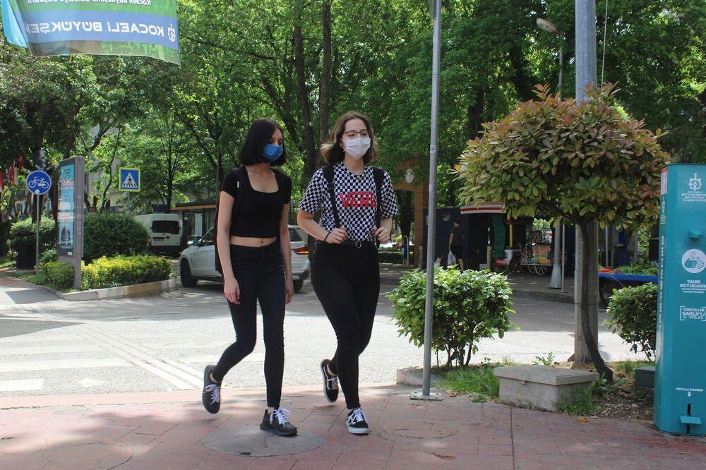 Sokağa çıkma kısıtlamaları 4 saatliğine kaldırılan 15-20 yaş arasındaki gençler, dışarı çıkarak güneşli havanın tadını çıkartıyor.