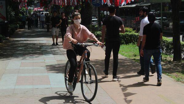 Alınan kararla 11.00-15.00 saatleri arasında yürüme mesafesiyle sınırlı olmak, sosyal mesafe kuralına riayet etmek ve maske takmak kaydıyla istisna olarak dışarı çıkmalarına izin verilen gençler, Kocaeli'de caddeleri doldurdu.  - Sputnik Türkiye
