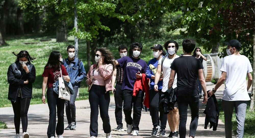 Uzun bir aradan sonra ilk defa sokağa çıkan gençler, Maçka Parkı'nda arkadaşlarıyla buluştu.