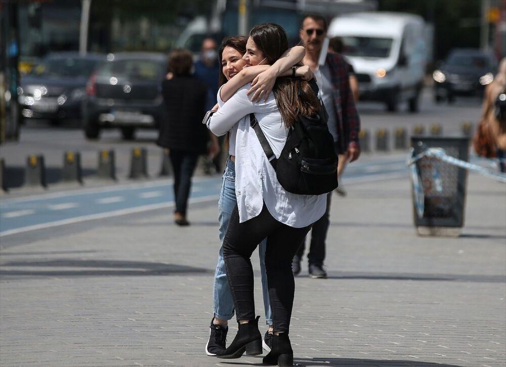 İstanbul'da yeni tip koronavirüs (Kovid-19) salgını nedeniyle alınan önlemler kapsamında sokağa çıkmaları kısıtlanan 15-20 yaş arasındaki gençler, Üsküdar Meydan'da arkadaşlarıyla buluştu.