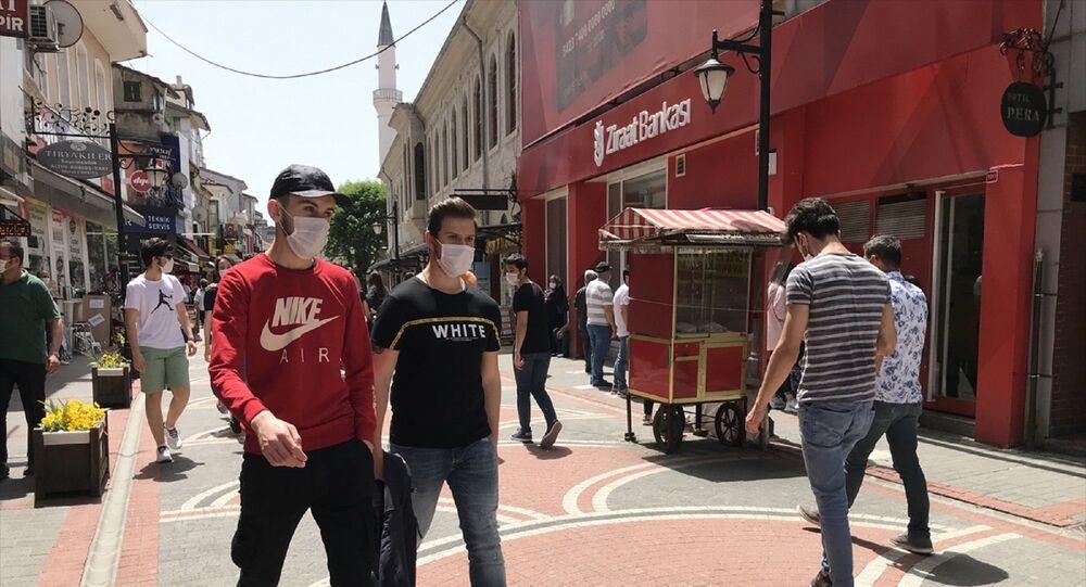 Bartın'da yeni tip koronavirüs (Kovid-19) salgını nedeniyle alınan önlemler kapsamında sokağa çıkmaları kısıtlanan 15-20 yaş arasındaki gençler, uzun bir aradan sonra ilk defa sokağa çıktı.