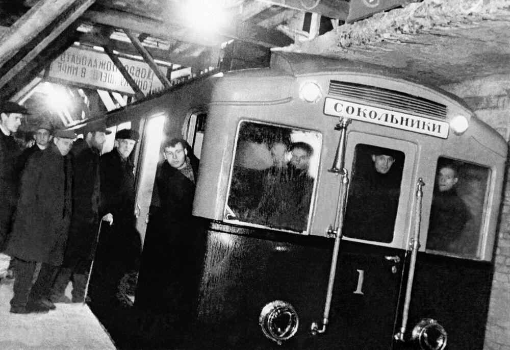 Moskova Metrosu'nun Sokolniki ve Park Kulturı istasyonları arasındaki ilk hattı, 15 Mayıs 1935 tarihinde faaliyete geçmişti