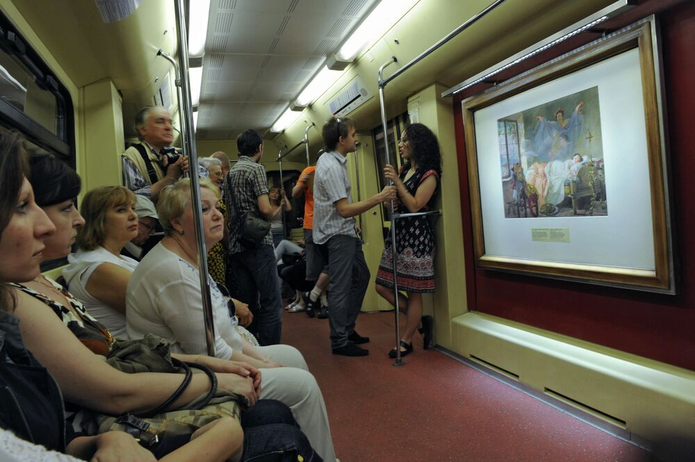 Moskova metrosunda bir sürü  temalı tren hizmet veriyor.   Fotoğrafta: Puşkin Güzel Sanatlar Müzesi'nde sergilenen tabloların kopyalarının yer aldığı tren