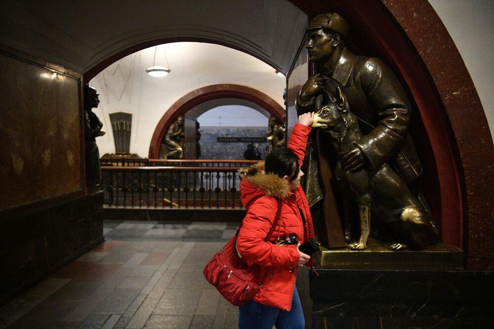Ploşad Revolutsii (Devrim Meydanı) metro istasyonunda toplam 76 'sihirli' heykel bulunuyor. Her heykelden 4 adet var. Bu heykellerle ilgili birkaç alamet var. Bunlardan bazıları şunlardır: Köpeğin burnunu ovalamak şans getirir, güvenlik görevlisinin tabancasına dokunmak, iş ve mali anlamda günün başarılı geçeceği anlamına gelir.