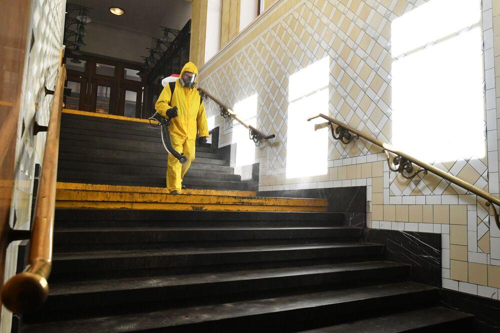 Koronavirüsle mücadele kapsamında Moskova metrosunda yapılan dezenfeksiyon çalışmaları