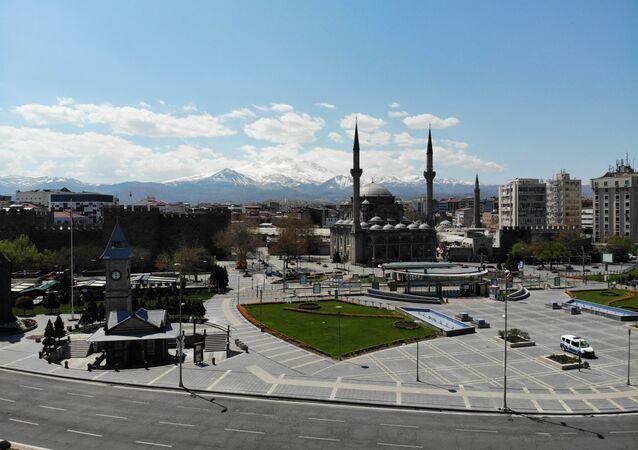 Kayseri'de cami  - akşam ezanının 4 dakika geç okunması sonucu vatandaşlar oruçlarını geç açtı.