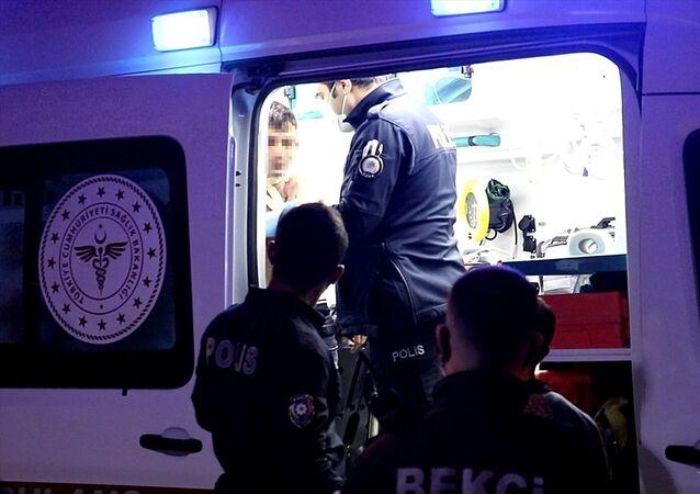 Elazığ'da hastaneye gitmemek için direnen yeni tip koronavirüs (Kovid-19) şüphesi bulunan kişi polis ekiplerince ikna edildi.