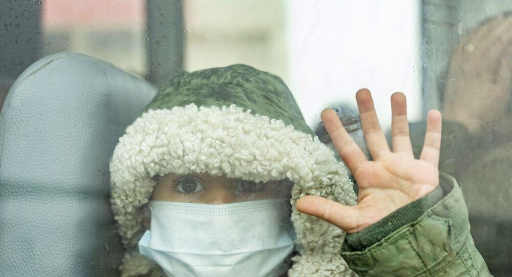 IKBY'den Semalka sınır kapısından geçerek Suriye'ye geçen bir çocuk - Maske -