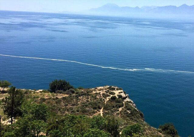 Antalya'da deniz üzerindeki sarı görüntünün nedeni ortaya çıktı