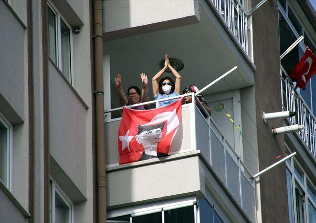 Uşak'ta yeni tip koronavirüs (Kovid-19) tedbirleri kapsamında evlerindeki balkonlara çıkan vatandaşlara antrenörler tarafından egzersiz yaptırıldı.