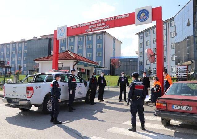 Bartın'da Kocaeli'den gelen ve kente sahte belgelerle girmek isterken yakalanıp yurtta karantinaya alınan 12 işçiden birinde koronavirüse rastlandı.