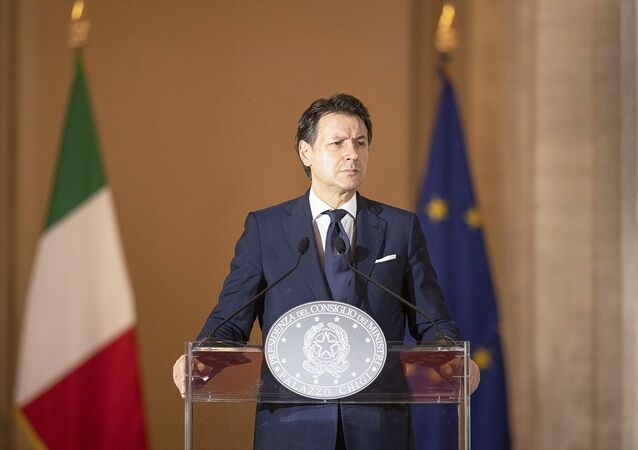 İtalya Başbakanı Giuseppe Conte (fotoğrafta), Başbakanlık sarayı Chigi'nin avlusunda aylar sonra ilk kez gazetecilerin de katılımıyla basın toplantısı düzenleyerek, 18 Mayıs'ta pek çok sektörün yeniden faaliyete geçeceği döneme ilişkin detayları paylaştı.