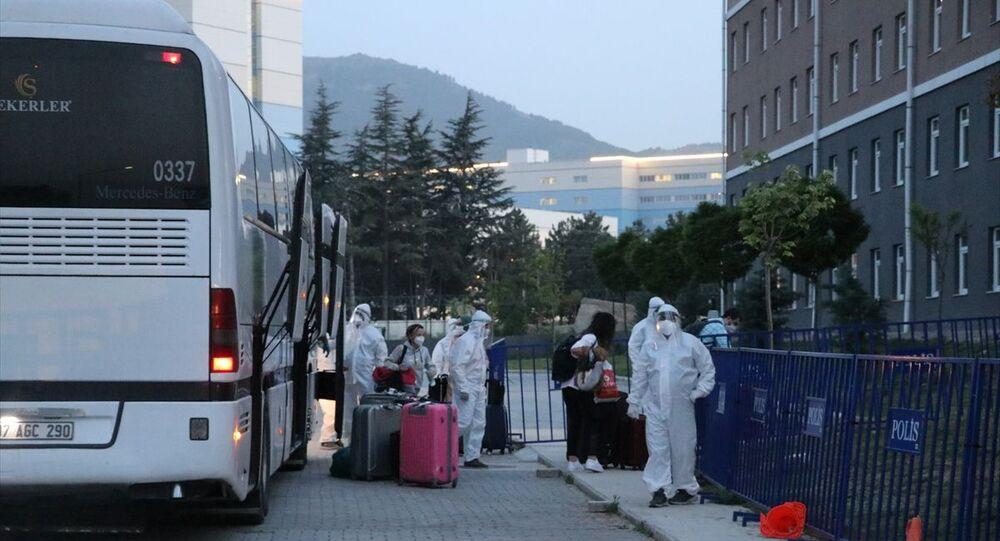 Amerika Birleşik Devletleri'nde (ABD) bulunan 294 Türk vatandaşı, yeni tip koronavirüs (Kovid-19) önlemleri kapsamında Türkiye'ye getirildi. Isparta'da Gençlik ve Spor İl Müdürlüğüne bağlı Murat Hüdavendigar Erkek Öğrenci Yurdu'na getirilen 147 kişi, sağlık kontrolünden geçirilerek içeri alındı.