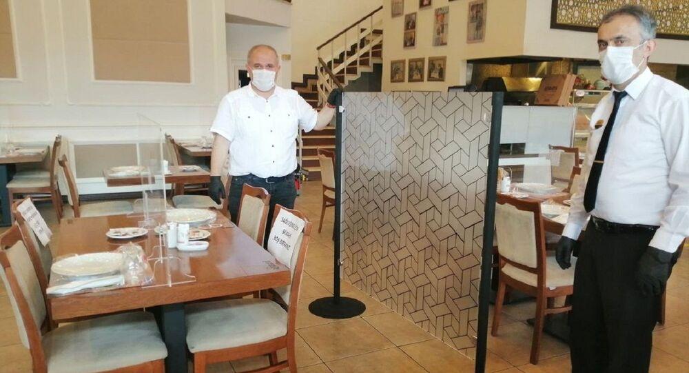 Kadıköy'deki restorandan koronavirüs önlemi: Masalara şeffaf separatör ve sosyal mesafe paravanı