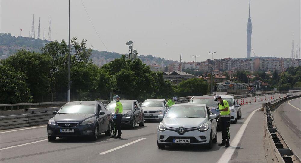 İstanbul'da, yeni tip koronavirüsle (Kovid-19) mücadele kapsamında alınan sokağa çıkma kısıtlamasının 2. gününde cadde ve sokaklarda sessizlik hakim oldu. Trafik polisleri 15 Temmuz Şehitler Köprüsü'nde araçları denetledi.