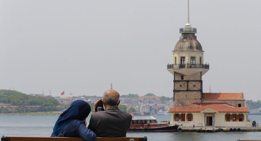 İstanbul'da 65 yaş üstü vatandaşlar Üsküdar Salacak sahile gelerek boğazın tadını çıkardı.