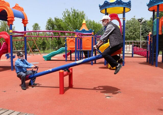 Bolu'da vatandaşlar çocuk parkındaki tahterevalliye binerek doyasıya eğlendi.