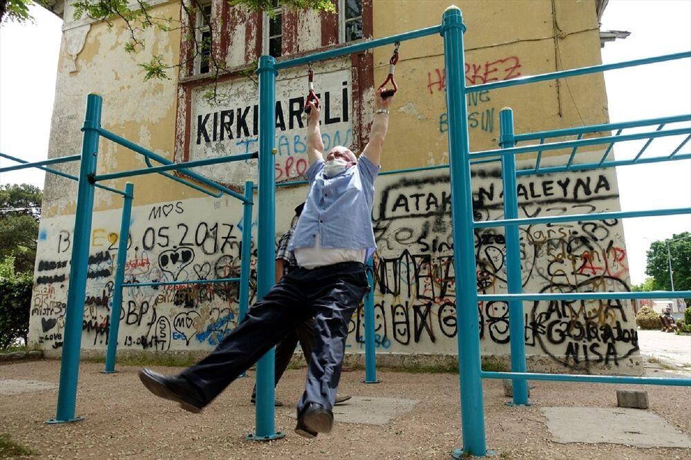Kırklareli'nde festival alanındaki spor aletlerini de kullanan yaşlılar, açık havada fiziksel hareketleri yaptı.