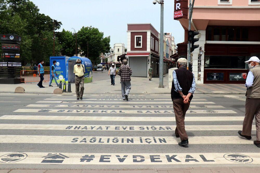Sakarya'da da yaşlılar sokaklara akın etti.