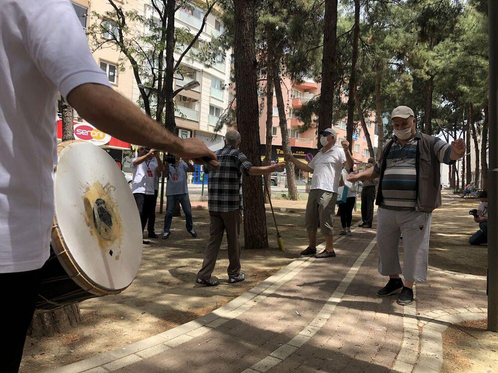 Bursa'nın Nilüfer ilçesinde, kendilerine uygulanan sokağa çıkma kısıtlamasının kaldırılmasının ardından sokaklara çıkan 65 yaş ve üstü vatandaşlar, Roman Orkestrası'yla kurtlarını döktü.