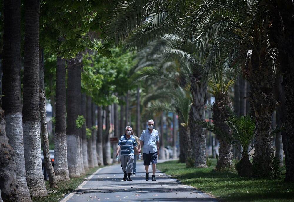 Mersin'de vatandaşlar kentteki Adnan Menderes Bulvarı üzerinde bulunan sahil bandında vakit geçirdi.