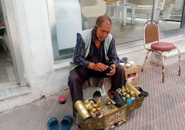 YEDİĞİ CEZADAN 1 AY SONRA DIŞARI ÇIKTI, İZNİ AYAKKABI BOYAYARAK GEÇİRDİ (HÜSEYİN TAYYAR/TEKİRDAĞ-İHA) Tekirdağ'ın Malkara ilçesinde 1 ay önce sokağa çıkma kısıtlamasını delen 68 yaşındaki ayakkabı boyacısı, yediği cezadan sonra ilk defa dışarı çıktığını belirtti. Ahmet Toygar, verilen izni ayakkabı boyayarak geçirdi.