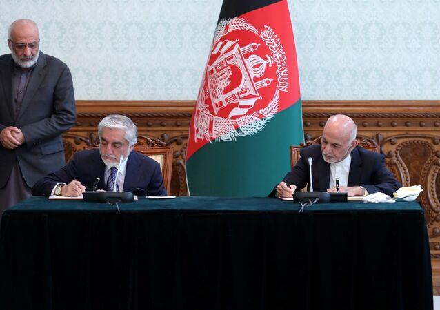 Afganistan'da Seçim Komisyonu tarafından 18 Şubat'ta cumhurbaşkanı ilan edilen Eşref Gani ile seçimlere hile karıştığı iddiasıyla sonuçları kabul etmeyen Abdullah Abdullah arasında anlaşma sağlandı.