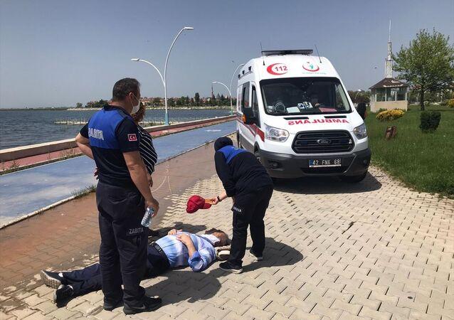 Konya'nın Beyşehir ilçesinde, yeni tip koronavirüs (Kovid-19) tedbirleri kapsamında tanınan izinle bugün sokağa çıkan 65 yaş ve üstü 3 vatandaş, sıcak havada baygınlık geçirince hastaneye kaldırıldı.