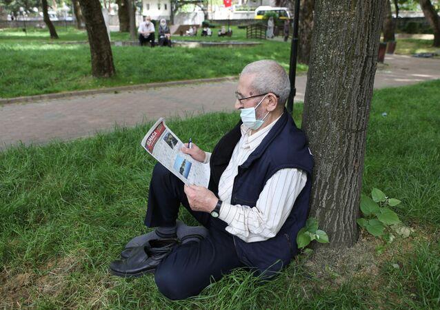 Bursa'da yaşayan ve devletin kendilerine tanıdığı sokağa çıkma iznini parklarda geçiren 65 yaş üstü vatandaşlar, Büyükşehir Belediyesi'nin bulmaca sürpriziyle karşılaştı.