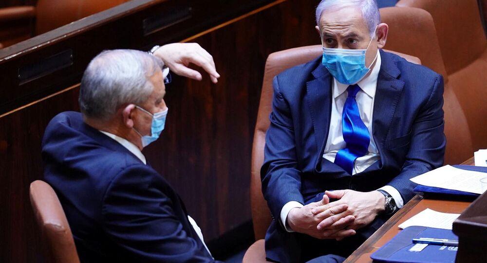 Benyamin Netanyahu ile Benny Gantz (solda) maskeli halde parlamentodaki hükümetin yemin töreninde