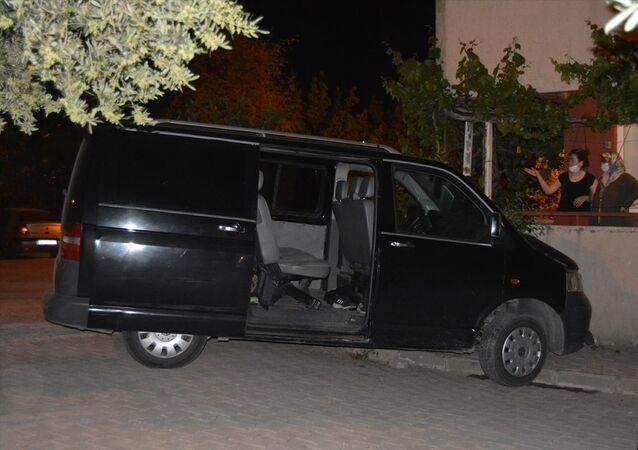 Manisa'da sokağa çıkma kısıtlamasını ihlal eden 19 yaşındaki ehliyetsiz sürücü, polisten kaçarken kaza yaptı. 34 EJ 0738 plakalı ticari aracın sürücüsü E.M.K. (19), polisten kaçmak isterken Cuma Mahallesi Cezaevi Sokak Tes-İş Konutları önünde, bir evin balkonuna çarparak durabildi.