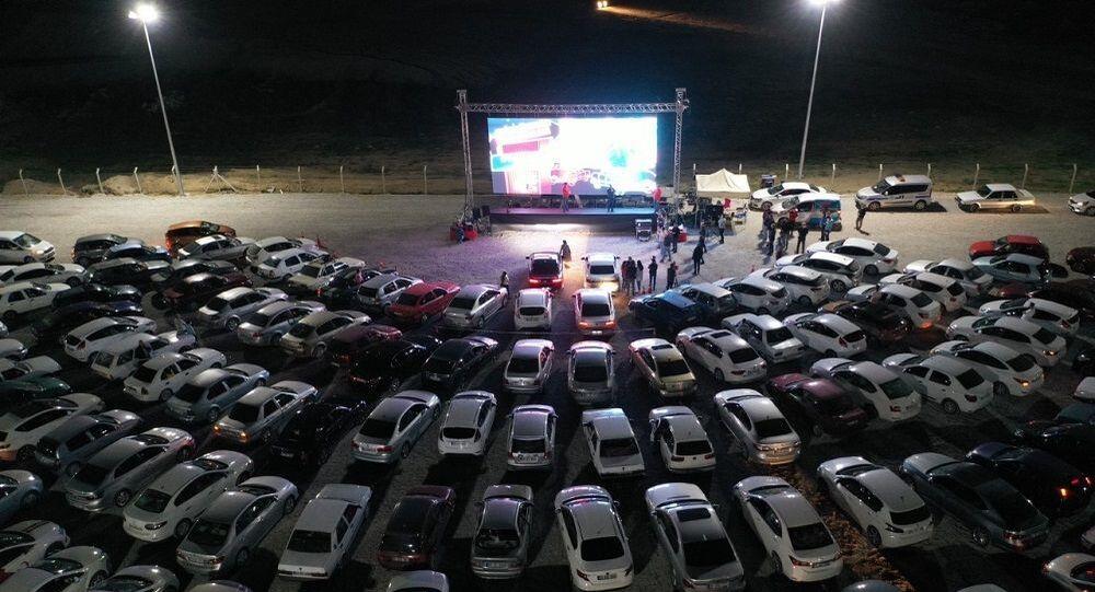 Nevşehir Belediyesi tarafından düzenlenen Arabalı Sinema Günleri etkinliği ikinci gününde de ilgi gördü.