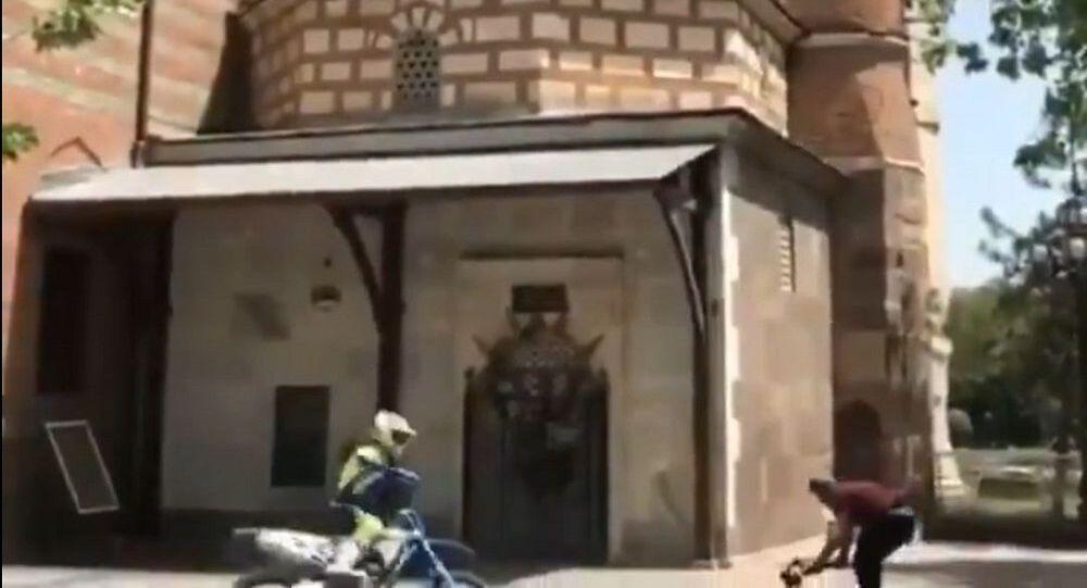 Hacı Bayram-ı Veli Camisi'nin önünde motosikletiyle drift yapan sürücüye para cezası
