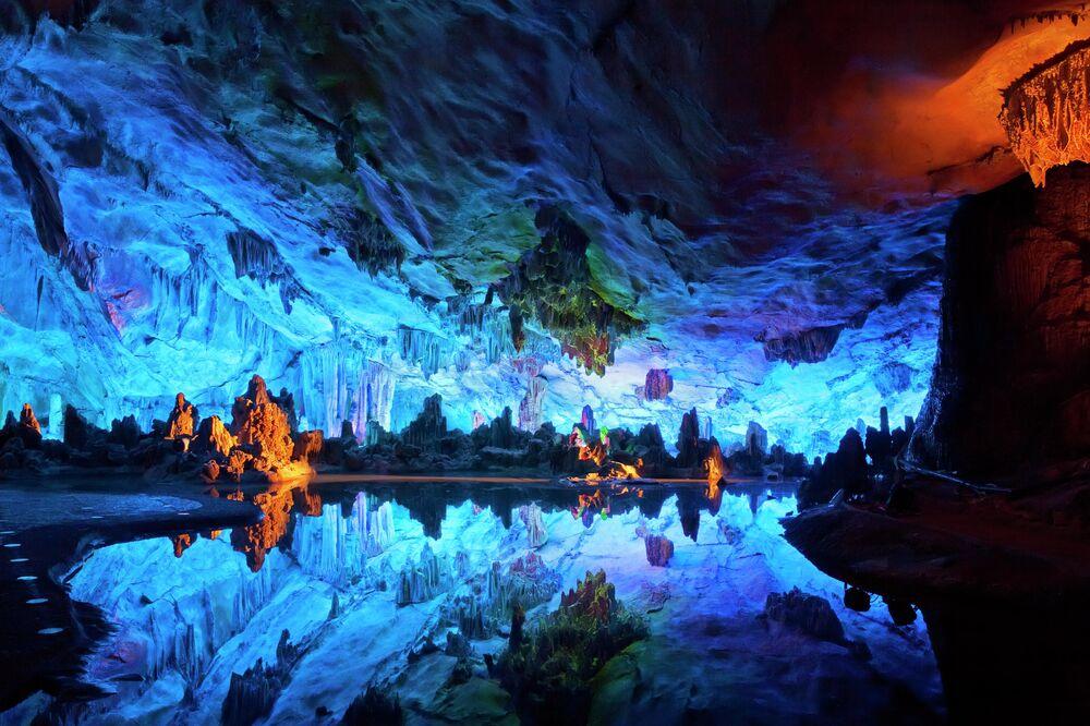 Çin'in Guilin bölgesindeki Kamış Flüt  Mağarası, doğal kireçtaşlarının gökkuşağı renklerinde ışıklandırılmasıyla ziyaretçilerini kendine hayran bırakıyor. 180 milyon yıldan daha eski olan mağara son 1.200 yıldır biliniyor. Mağara adını, dışında yetişen ve flüt yapılabilen bir saz türünden alıyor. Mağarada pek çok değişik ve büyüleyici şekillerde sarkıtlar, dikitler ve kaya oluşumları mevcut. Işıklandırmalar da, bunları belirginleştirecek şekilde sanatsal bir biçimde düzenlenmiş.