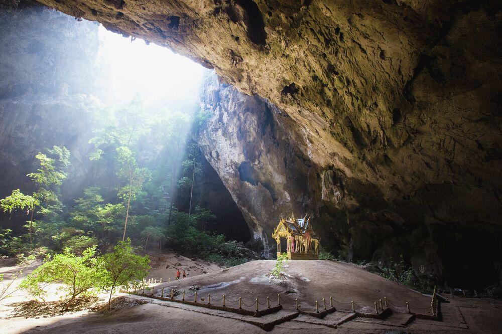 Phraya Nakhon mağarası,  Tayland'daki Khao Sam Roi Yot Milli Parkı içinde Tian dağının tepesinde. bulunuyor. Muhteşem bir dağ ve orman manzarasına sahip mağaraya ulaşmak için ziyaretçilerin yaklaşık 450 metre tırmanması gerekiyor. İki odacıktan oluşan mağaradaki tavanlar, güneş ışınlarının içeri girmesine izin vererek mistik bir görünüm oluşturuyor. Yaklaşık 200 sene önce keşfedilen bu mağaranın aynı zamanda tarihsel bir önemi de mevcut. Kral 5. Rama zamanında yapılmış olan taht, krallığın sembolü haline gelmiş. Her yeni kral, tahta çıktığında burayı mutlaka ziyaret ediyor. Güneş ışığı, sabah 10.30 ile 11.30 arasında tam olarak tahtın tepesinde olduğundan mağaranın ziyaret edildiği en yoğun saatler.