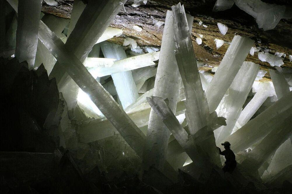 Meksika'nın Naica Mine bölgesindeki Dev Kristal Mağarası, 2000'de madenciler tarafından keşfedilmiş. Yüksekliği 300 metre  olan mağaranın  içerisinde dev Selenit kristalleri bulunuyor. Bunlar şimdiye kadar görülmüş en büyük kristaller. En büyük kristalin uzunluğu 12 metre, çapı 4 metre ve ağırlığı 55 ton. Mağarada hava sıcaklıkları yer yer 58 °C'ye çıkabiliyor ve nem oranı %80-90 civarlarında. Bu faktörlerden ötürü, doğal bir korumaya sahip ve turist ziyaretine açık değil. Suyla dolu mağaradaki koşulların yüz binlerce yıl neredeyse hiç değişmeksizin aynı kalması, kristallerin şaşırtıcı boyutlara ulaşmasını sağlamış.