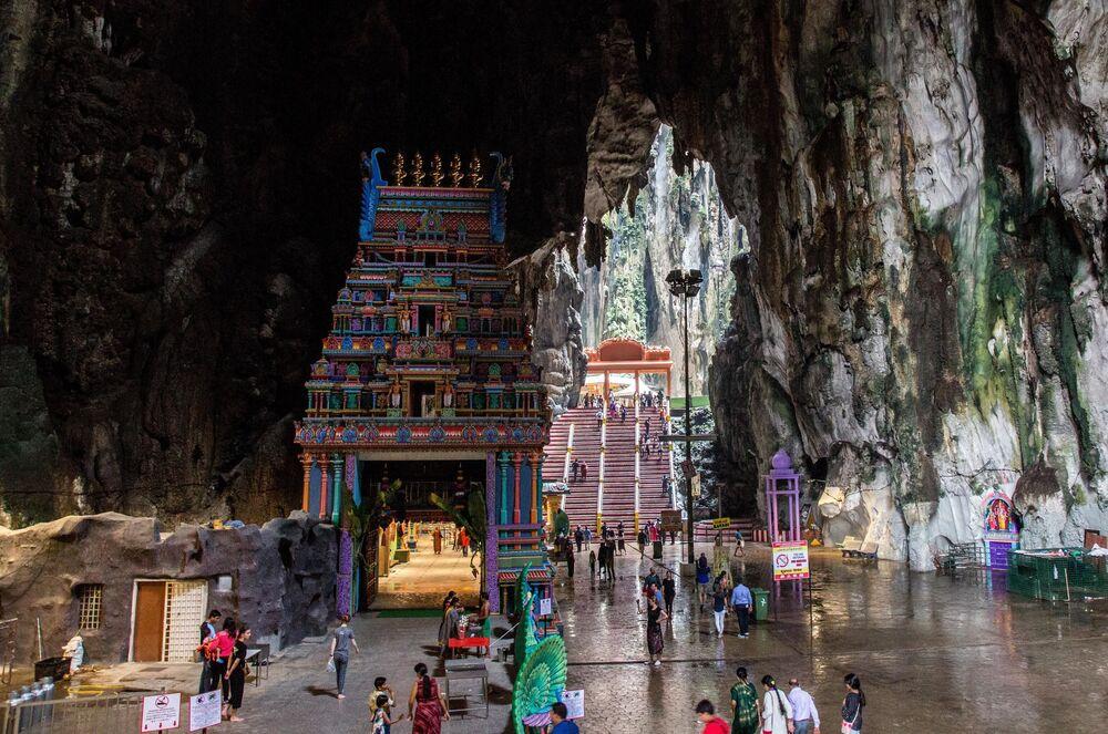 Malezya'nın başkenti Kuala Lumpur'un 15 kilometre kuzeyindeki Batu mağarası, Hindular için kutsal bir yer. Burası dünyanın en büyük Hindu mağara tapınağı. Üç bölümden oluşan mağara kompleksi, yer seviyesinden yaklaşık 100 metre yükseklikte.