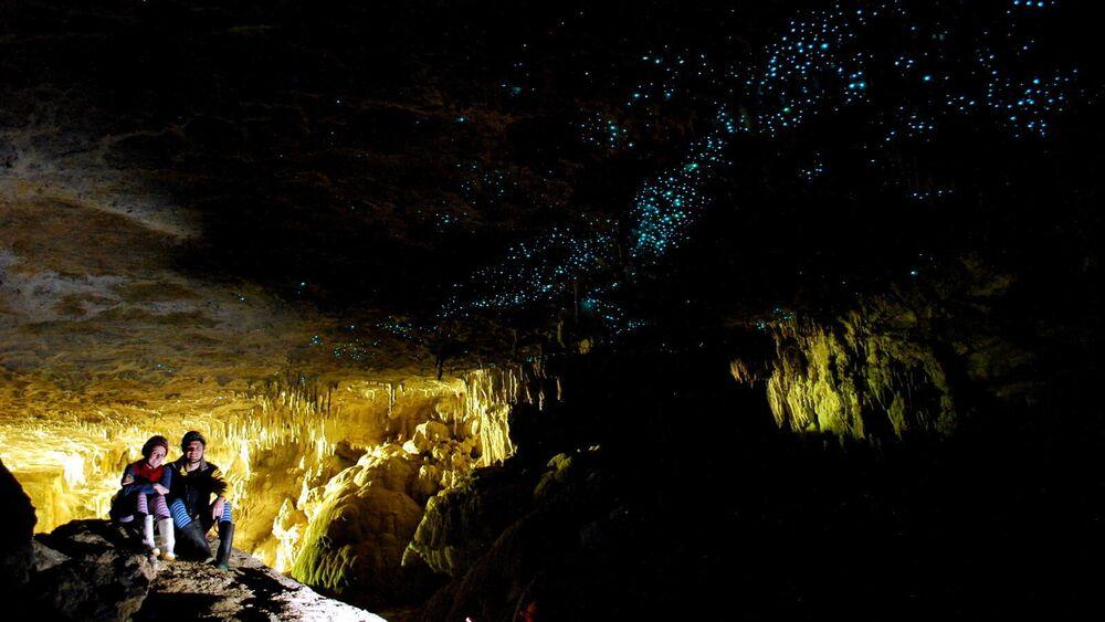 Yeni Zelanda'daki Waitomo Mağarası'nı özel kılan tavanından sarkan on binlerce ateş böceğinin ışıldaması. Mağarada yıldızları seyreder gibi bu canlıları seyretmek mümkün. Ateş böcekleri boy olarak oldukça büyük sinekler kadardır. Mağaranın içinden akan sular ve mağaradaki göller Waitomo'nun diğer güzel yanı. Böylelikle mağarada hem rafting yapılabiliyor,  hem de sandalla gezilebiliyor.
