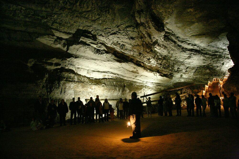 ABD'nin Kentucky eyaletinde bulunan Mamut Mağarası, dünyadaki en uzun ve karmaşık mağaralardan biri olarak biliniyor. Mamut Mağarası'nın incelenen odacık ve tünellerin  genel uzunluğu yaklaşık 627 km'dir.