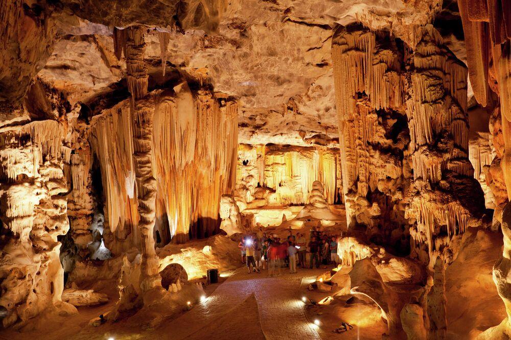 Güney Afrika'da bulunan yaklaşık 4 kilometre uzunluğundaki Cango Mağaraları tüneller ve odacıklardan  ibaret. Etkilieyici sarkıt, dikit ve sütunlardan oluşan mağaranın içinde yürüyüş ve aydınlatma platformları kuruludur. Cango Mağaraları, yalnızca rehberli turlar eşliğinde ziyaret edilebiliyor.