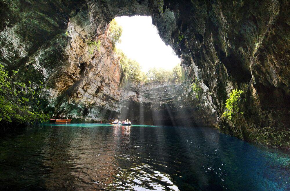 Yunanistan'ın Kefalonia adasında dünyadaki en romantik ve en güzellerden biri olan eşsiz bir Melissani mağarası  bulunuyor. Mağarada aynı adı taşıyan bir göl yer alıyor. Mağaranın ana özelliği, tavanında güneş ışığının yeraltı dünyasına  girdiği  büyük bir deliğin bulunması.  Mağaranın yaklaşık 20000 yıl önce  kayaların erozyona uğraması sonucu oluştuğu belirtiliyor.  Bir deprem sırasında ise  mağaranın üst kısmı çöktü.  Mağara ve derinliği 14 metre olan göl, adanın turistlerin yoğun  ilgisini çeken görülmeye değer yerlerinden biri.