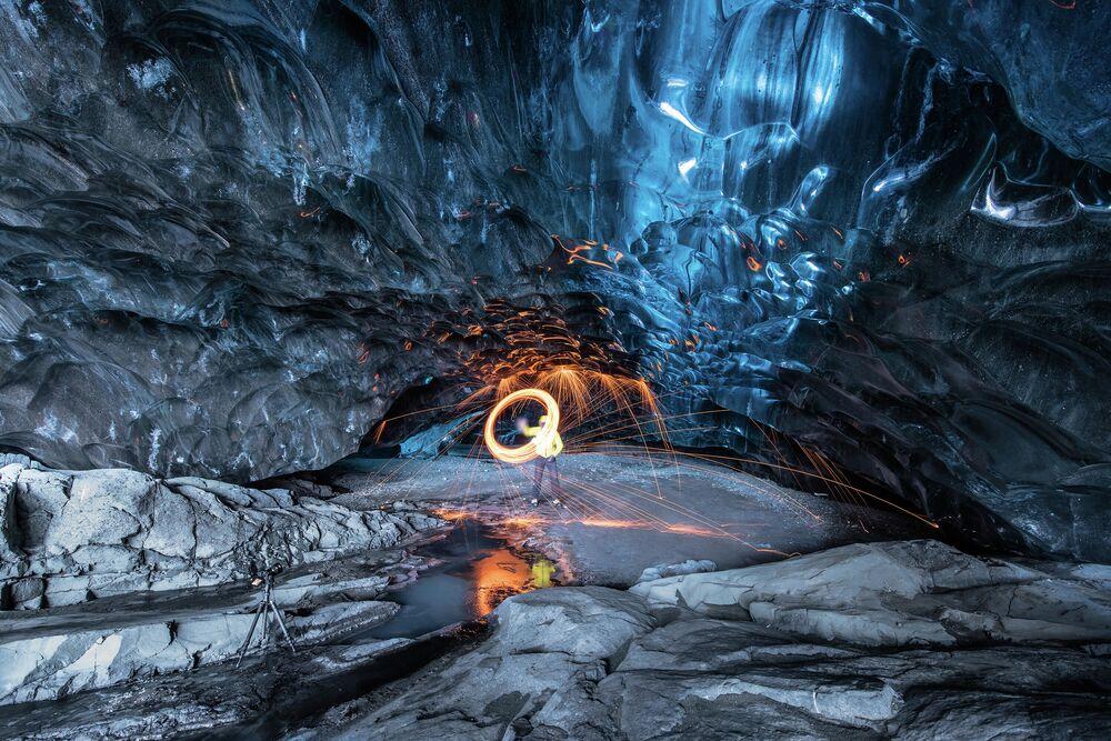 İzlanda'nın güneyindeki buzulun en büyük parçası olan Skaftafell Ulusal Parkı'nda çok sayıda buz mağarası var. Tavandan sarkan buz oluşumları ışığın da etkisiyle eşsiz bir mavi renge bürünüyor. Vatnajökull Buzulu, aynı zamanda buz içinden akan nehirleriyle de ünlü. Buzda hava bulunmaması, mavi dışında tüm ışığı emmesine sebep oluyor ve böylece bu muhteşem görüntüler ortaya çıkıyor.